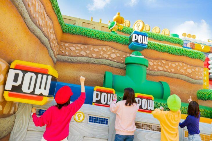 Amigas jugando en el parque de atracciones Super Nintendo World