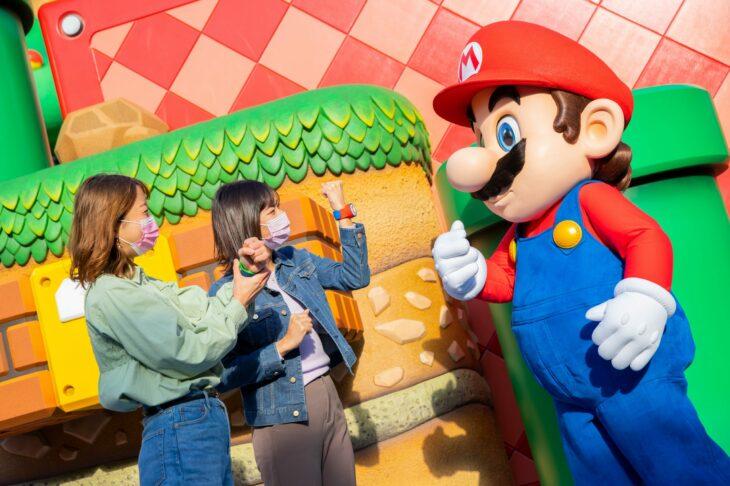 Amigas tomando fotos junto a Mario Bros en Super Nintendo World