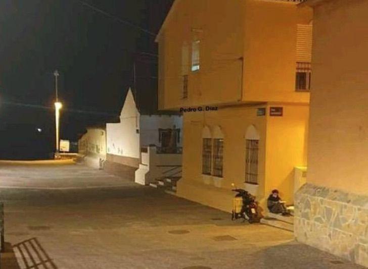 Carlos Alegre estudiando a la luz de la farola en las calles de España