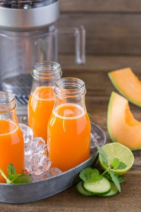 agua de melón; 13 Bebidas para llenar de sabor tus tardes de calor