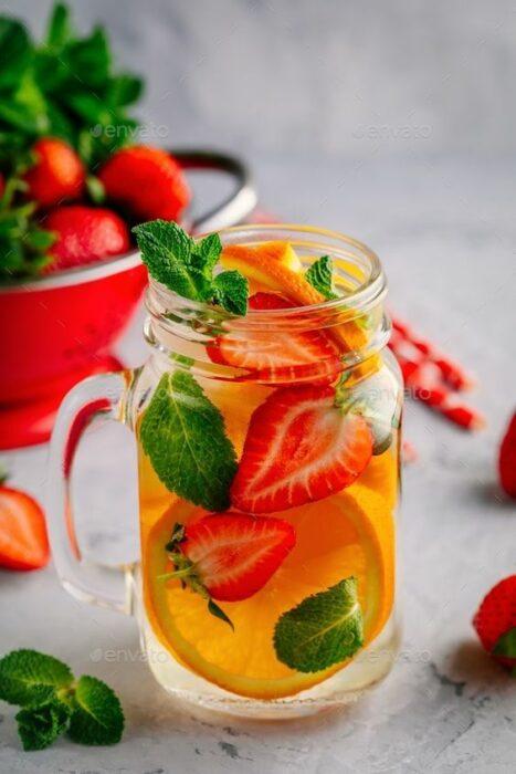 Agua de naranja con fresa; 13 Bebidas para llenar de sabor tus tardes de calor