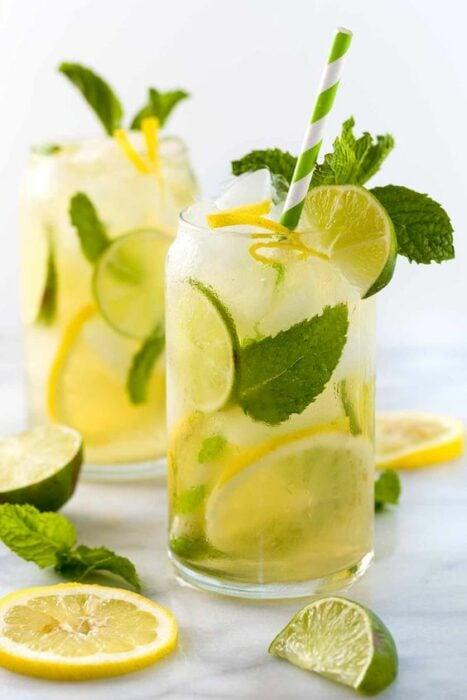 Agua de limón con hierbabuena; 13 Bebidas para llenar de sabor tus tardes de calor