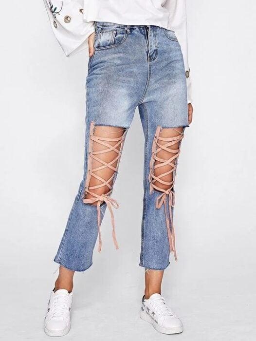 Chica llevando jeans rotos con listones como corsé; 13 Maneras de salvar tus jeans rotos y seguir a la moda (1)