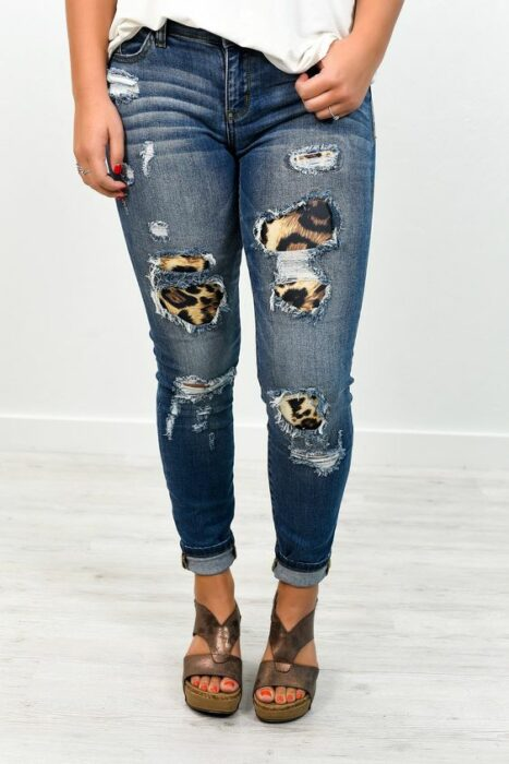 Chica con jeans rotos decorados con parches internos; ; 13 Maneras de salvar tus jeans rotos y seguir a la moda