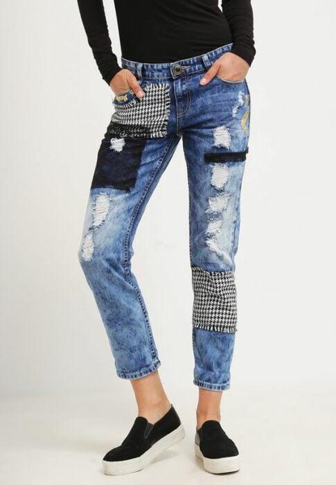 chica con jeans rotos decorados con parches; ; 13 Maneras de salvar tus jeans rotos y seguir a la moda
