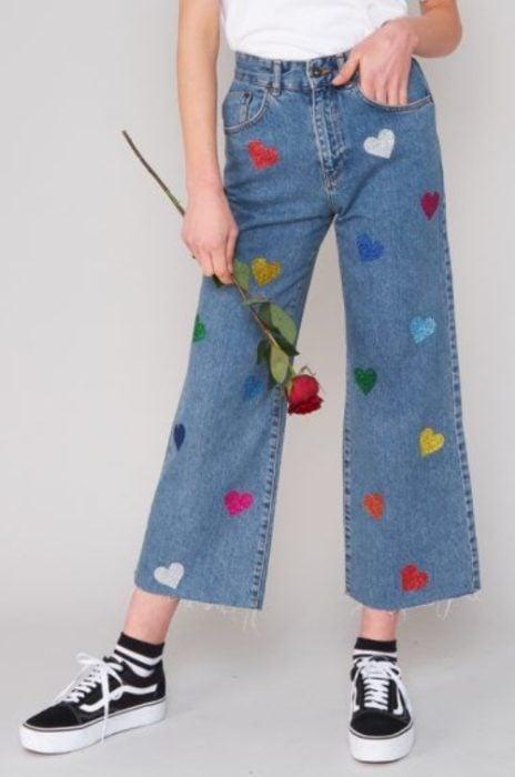 chica con jeans cortos decorados con corazones; ; 13 Maneras de salvar tus jeans rotos y seguir a la moda