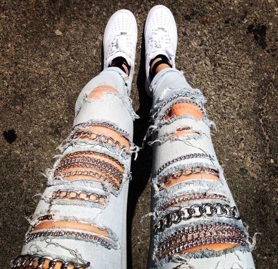 chica llevando jeans rotos con cadenas decorativas; ; 13 Maneras de salvar tus jeans rotos y seguir a la moda
