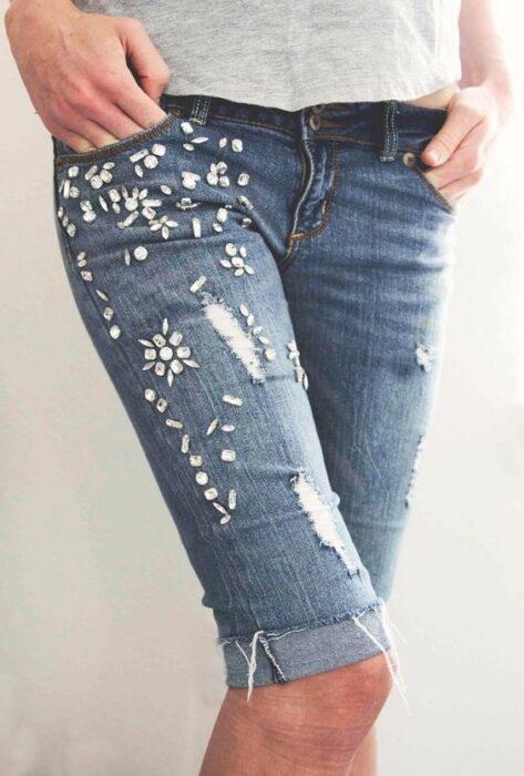 Chica llevando bermuda denim con decoraciones de piedras; ; 13 Maneras de salvar tus jeans rotos y seguir a la moda