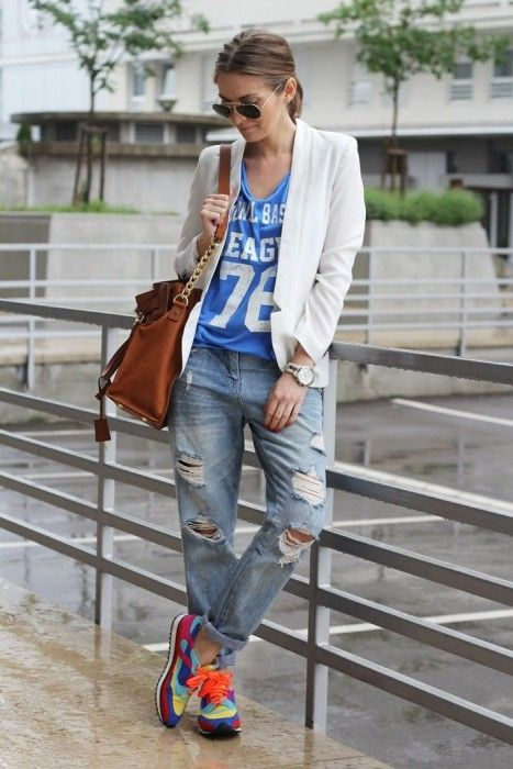 Girl wearing a white blazer to match mom jeans and fluorescent tennis shoes; 13 Outfits with neon tennis shoes to dazzle at every step