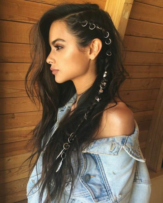 Girl with long hair and rings on the sides; 13 cute hairstyles to share on your Instagram stories