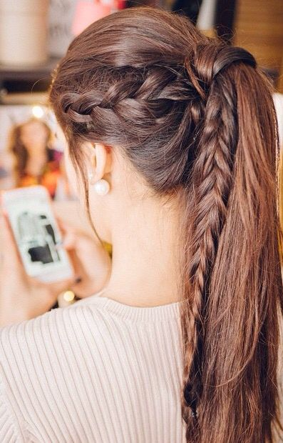 Girl with high ponytail and braid on the side; 13 cute hairstyles to share on your Instagram stories