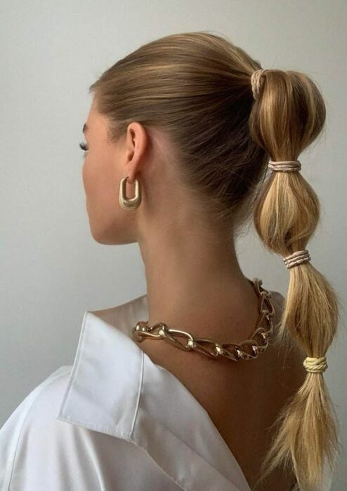 Girl with a high ponytail and bulging balloons; 13 cute hairstyles to share on your Instagram stories