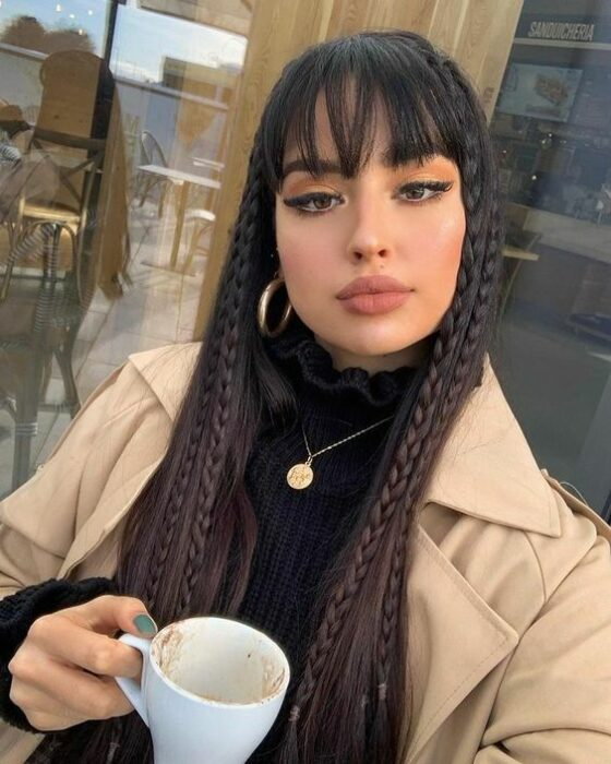 Girl with straight hair and braided in front; 13 cute hairstyles to share on your Instagram stories