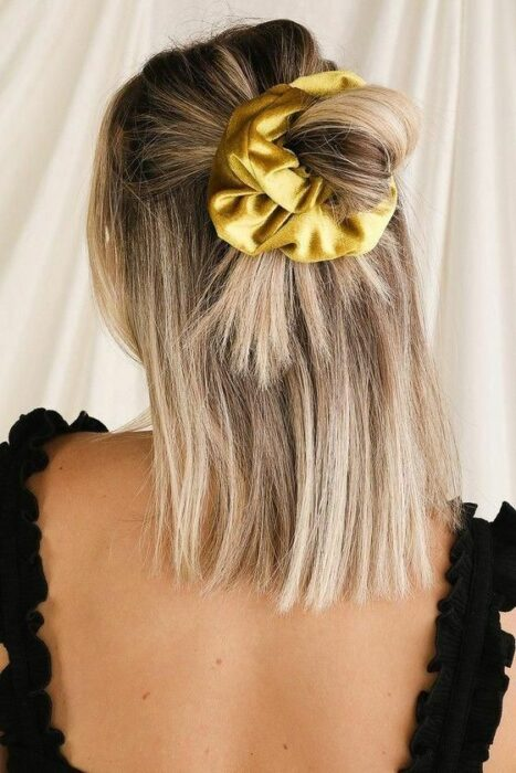 Girl with half ponytail wearing a scrunchie; 13 cute hairstyles to share on your Instagram stories
