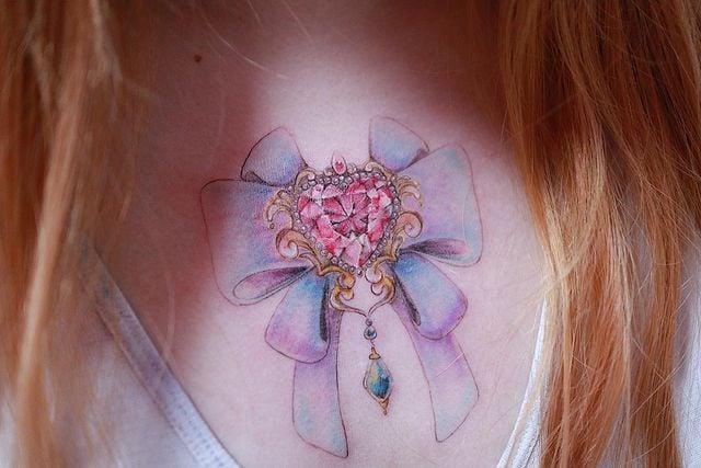 Tatuaje inspirado en el transformador de broche de Sailor Moon; 13 Tatuajes para decorar tu piel 'en el nombre de la Luna'