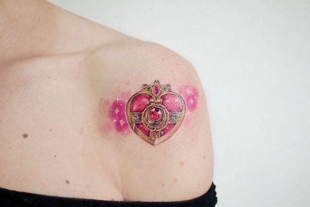Tatuaje inspirado en el transformador de corazón de Sailor Moon;13 Tatuajes para decorar tu piel 'en el nombre de la Luna'