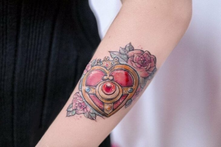 Tattoo inspired by Sailor Moon's transforming brooch; 13 Tattoos to decorate your skin 'in the name of the Moon'
