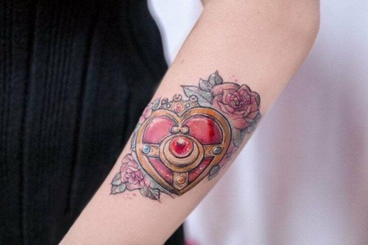 Tatuaje inspirado en el broche transformador de Sailor Moon; 13 Tatuajes para decorar tu piel 'en el nombre de la Luna'