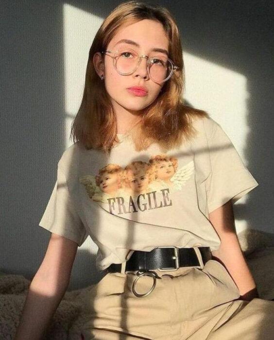 Chica usando playera holgada con diseño astethic
