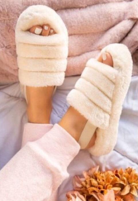 Chica usando sandalias de peluchito