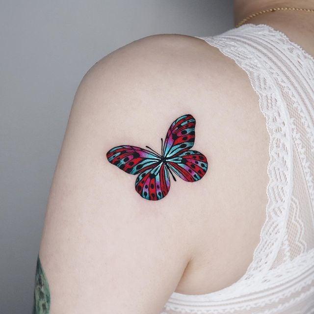 Tatuaje de mariposa en tono fucsia y verde;  15 Bellos tatuajes con mariposas para iniciar una metamorfosis