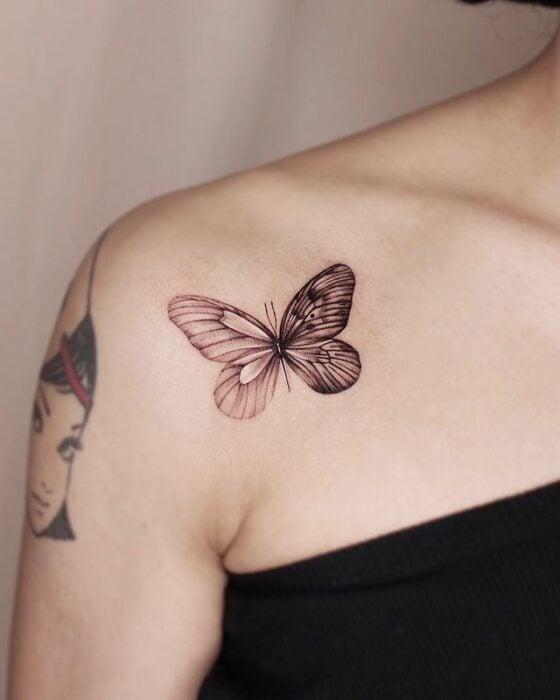 Tatuaje de mariposa en dos secciones silueta y replica natural; 15 Bellos tatuajes con mariposas para iniciar una metamorfosis