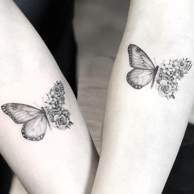 Amigas llevando tatuajes de mariposas dobles con  media ala de flores;  15 Bellos tatuajes con mariposas para iniciar una metamorfosis