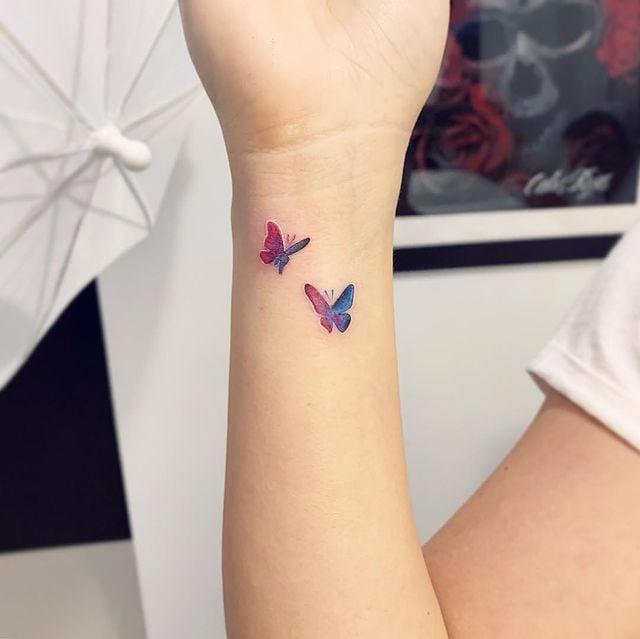 Chica con tatuajes de mariposas en colores rosa y azul; 15 Bellos tatuajes con mariposas para iniciar una metamorfosis