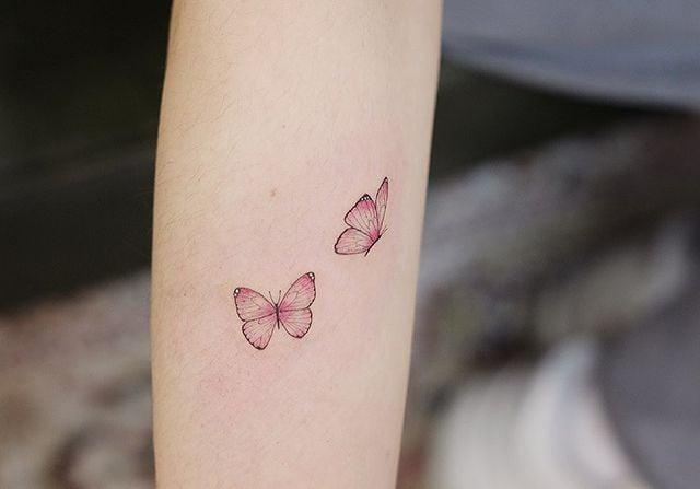 Minitatuajes de mariposas en color rosa con degradado en gris;  15 Bellos tatuajes con mariposas para iniciar una metamorfosis