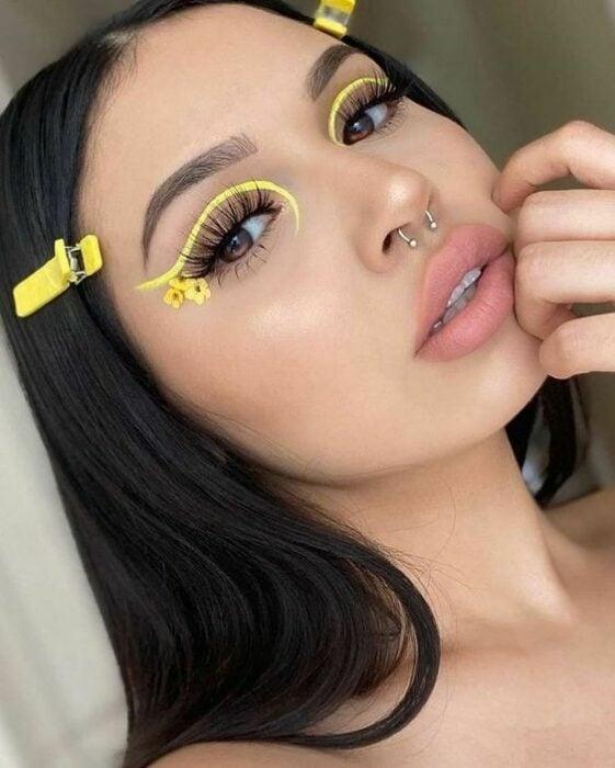 delineado de línea amarilla con flores al final; 15 Delineados aesthetic para presumir en tus IG de Instagram