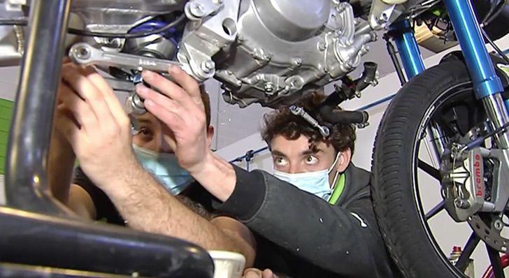 Carlos Alegre realizando practicas de su carrera: Ingeniería Automotriz