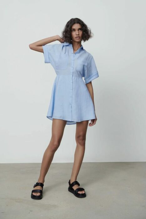 Chica usando vestido fresco color azul cielo con sandalias negras