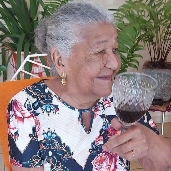 María bebiendo una copa de vino
