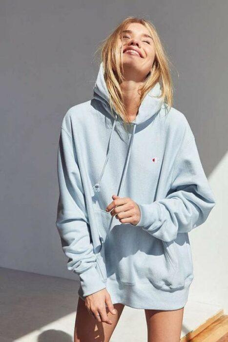 Chica usando sudadera color azul cielo oversized