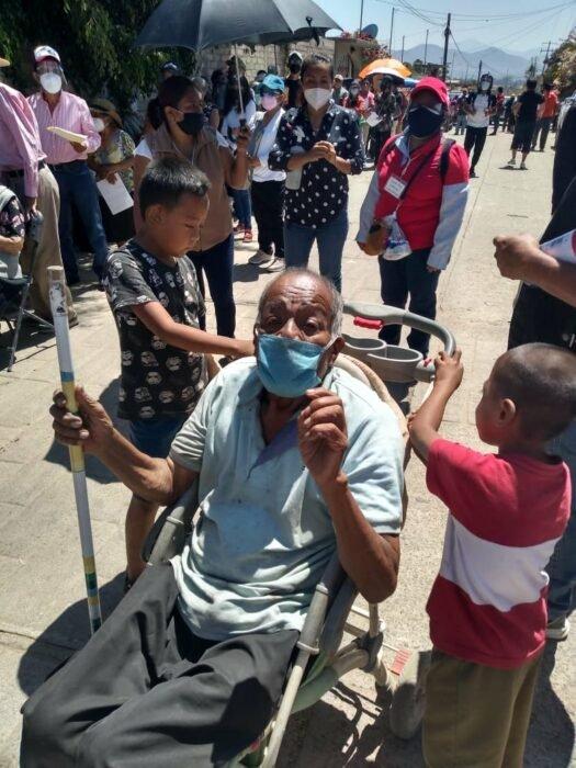 Abuelito Victorino en una carriola