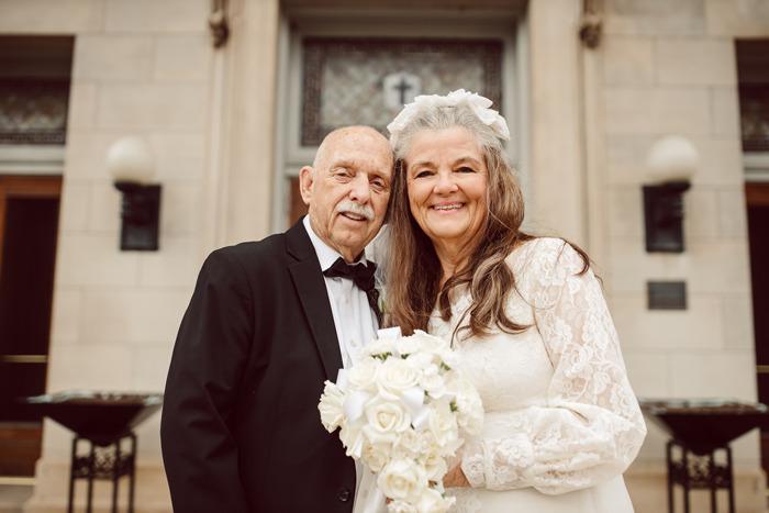 Pareja recrea fotos de su aniversario de bodas 50 años después de estar juntos