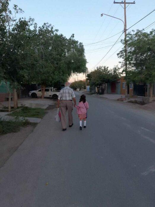 Tata Tito llevando a Luz a su primer día de clases de preescolar