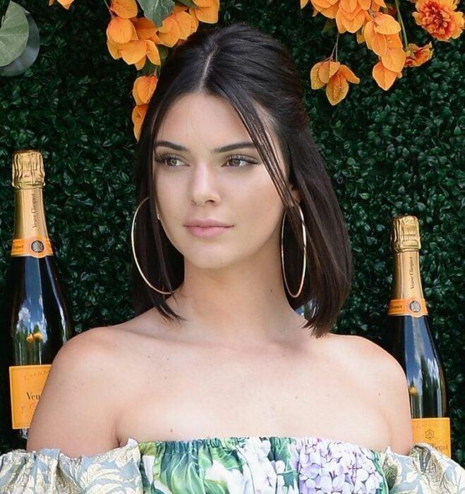 Kendall Jenner usando unos aretes xxl