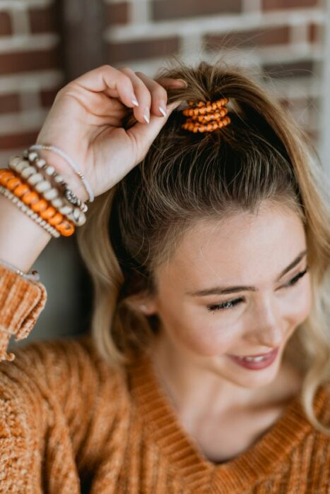 Chica usando unas ligas en el cabello