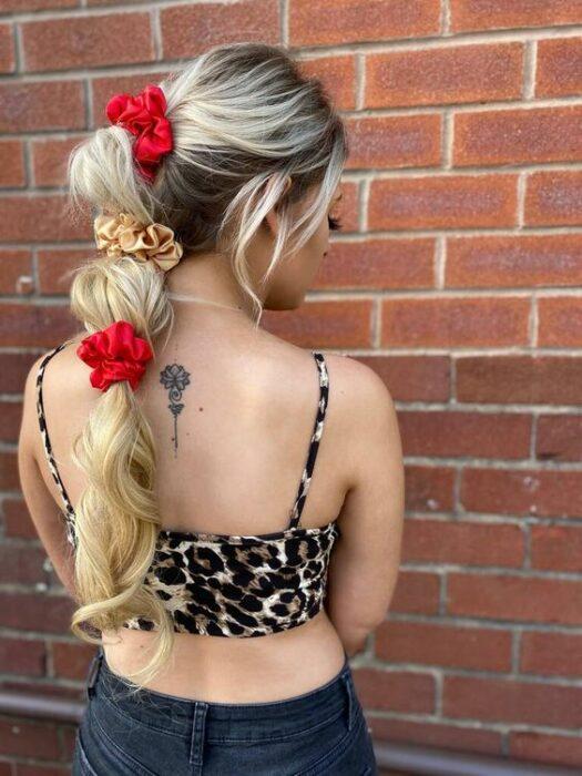 Chica usando scrunchies de diferentes coloresz