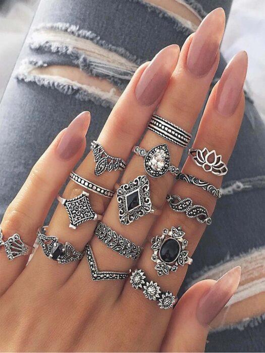 juego de anillos en tono plateado con piedras de fantasía; 13 Accesorios chulísimos que sí o sí te mereces