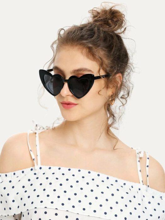 Gafas en color negro y en forma de corazón; 13 Accesorios chulísimos que sí o sí te mereces