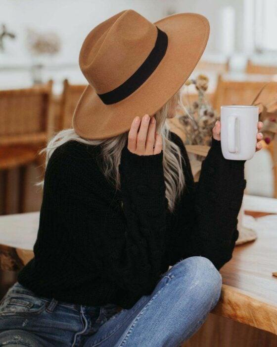 Chica llevando sombrero color caqui; 13 Accesorios chulísimos que sí o sí te mereces