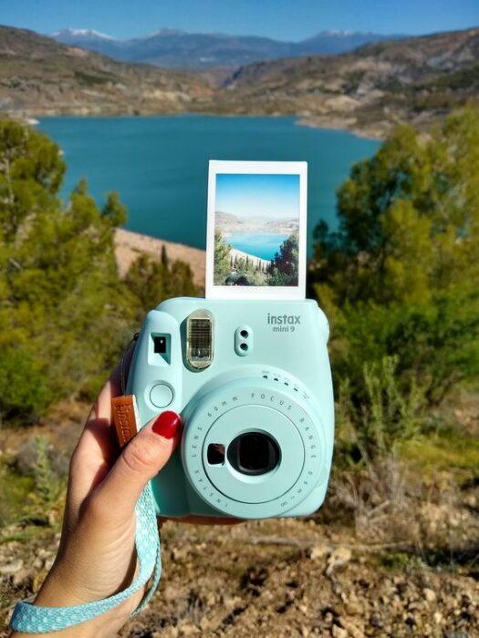 Cámara de fotos instantánea en color azul; 13 Accesorios chulísimos que sí o sí te mereces