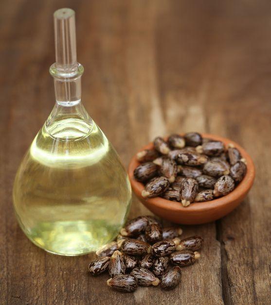 Botella de vidrio rellena con aceite de ricino; Así debes usar el aceite de ricino para conseguir unas cejas como las de Cara Delevingne