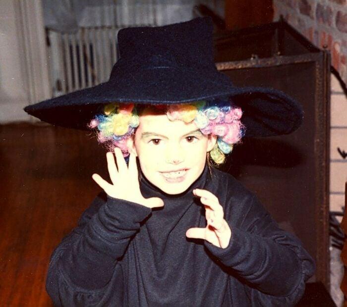 Anne Hataway cuando era niña posando para una fotografía