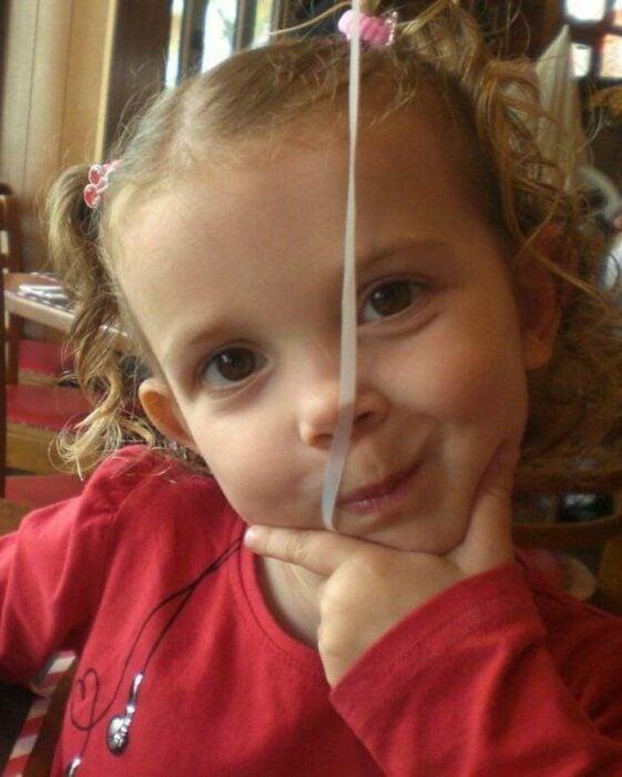 Millie Bobby Brown cuando era niña posando para una fotografía