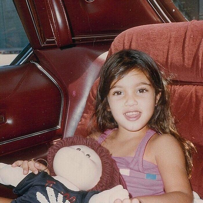 Kim Kardashian cuando era niña posando para una fotografía
