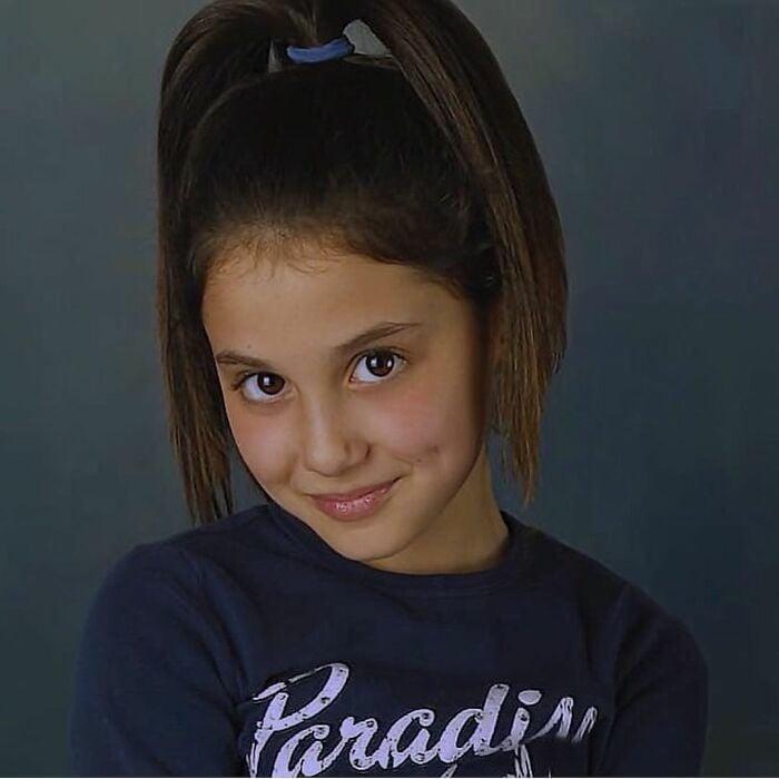 Ariana Grande cuando era niña posando para una fotografía