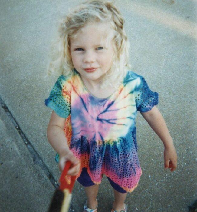 Taylor Swift cuando era niña posando para una fotografía